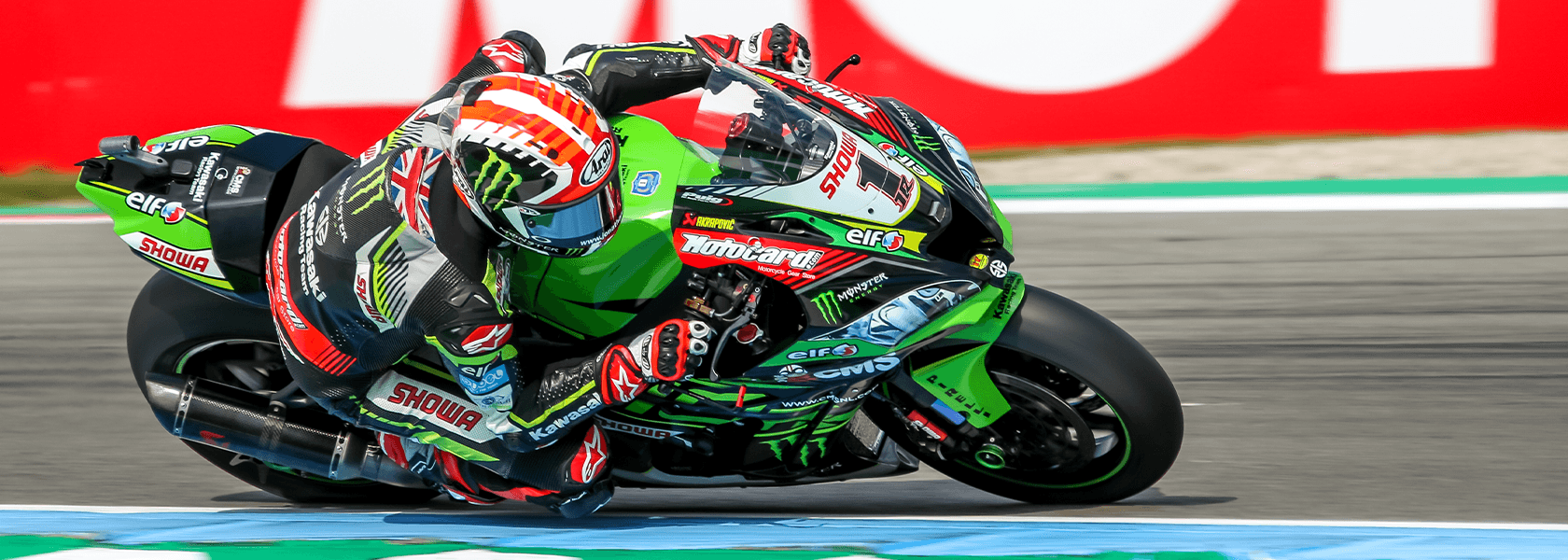 Jonathan Rea attacking a corner on board the works Kawazaki